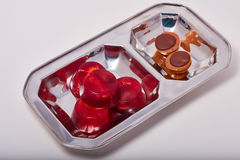 Rood van de geleiaardbei en kers suikergoed op een macro van de metaalplaat Royalty-vrije Stock Afbeeldingen