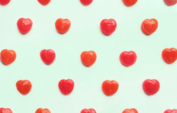 Rood van het de daghart van Valentine ` s het suikergoedpatroon op groene pastelkleurdocument kleurenachtergrond Het concept van  Stock Afbeeldingen