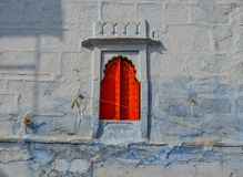 Rood venster van de oude bouw royalty-vrije stock fotografie