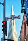 Rood verkeerslicht en Broadway-straatteken in San Francisco Royalty-vrije Stock Foto