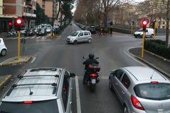 Rood verkeerslicht in het Italiaans stad Royalty-vrije Stock Afbeeldingen