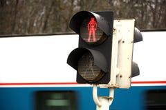 Rood verkeerslicht op de spoorweg, die van gevaar waarschuwen stock fotografie