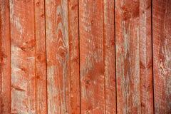 Rood verticaal hout die in zonlicht met panelen bekleden royalty-vrije stock foto