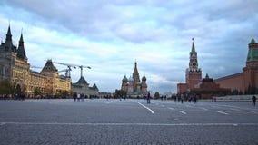 Rood vierkant, de Kathedraal van het Basilicum van Heilige, GOMopslag, Spasskaya-Toren, het Mausoleum van Lenin, de Senaat van he stock footage