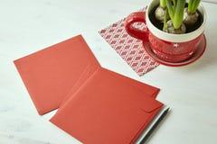Rood vierkant enveloppen en potlood op witte houten lijst Lege ruimte voor de lay-out van het kantoorbehoeftenontwerp Royalty-vrije Stock Afbeeldingen