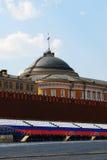 Rood Vierkant op de Lente en Dag van de Arbeid. Russische vlaggolven op het dak. Stock Foto