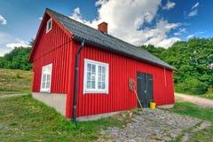 Rood vissershuis op de kust van Zweden Stock Foto's