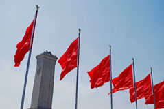 Rood vlaggen en gedenkteken Royalty-vrije Stock Foto