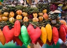 Rood in vlekkenhart onder koorden van droge vruchten. Royalty-vrije Stock Afbeelding