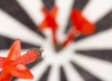 Rood vliegend pijltje aan dartboard Royalty-vrije Stock Foto's