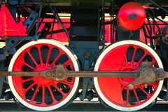 Rood voortbewegingswiel met zwarte mechanismen Stock Afbeeldingen