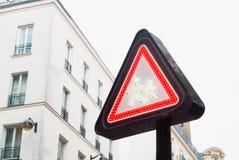 Rood voorzichtigheidsteken met twee menselijke cijfers, volwassene en kind het lopen Royalty-vrije Stock Foto's