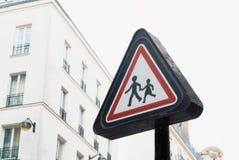 Rood voorzichtigheidsteken met twee menselijke cijfers, volwassene en kind het lopen Stock Foto's