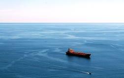Rood vrachtschip Stock Foto