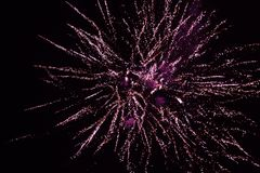 Rood vuurwerk in de nachthemel, begroeting royalty-vrije stock foto's