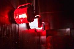 Rood Waakzaam licht in beschermende kooi aan boord royalty-vrije stock foto