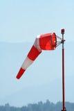 Rood-wit windsock bij luchthaven stock afbeelding