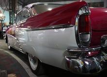 Rood-witte oude auto Stock Afbeeldingen