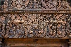 Rood zandsteengravures in Banteay Srei, Kambodja royalty-vrije stock foto's