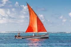 Rood zeil in Blauwe Baai - Mauritius Stock Foto's