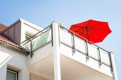 Rood zonnescherm Stock Afbeelding