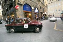 Rood/Zwart Fiat 1100 TV, 1957, drijft in Florence tijdens 1000 Miglia Stock Afbeeldingen