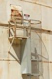 Rood, zwart-wit Gevaar, Beperkt Ruimtewaarschuwingsbord op de buitenkant van een silo royalty-vrije stock foto's