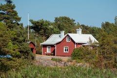 Rood Zweeds huis in de archipel stock afbeeldingen