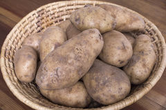 Roodbruine aardappels in geweven mand Royalty-vrije Stock Afbeelding