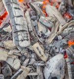 Roodgloeiende brandende houtskool Stock Fotografie
