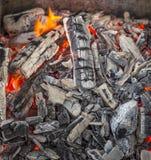 Roodgloeiende brandende houtskool Royalty-vrije Stock Afbeeldingen