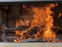 Roodgloeiende brandvlam in de oven stock foto
