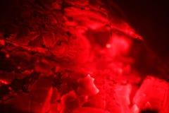Roodgloeiende gloed van brandhout in een fornuis royalty-vrije stock fotografie