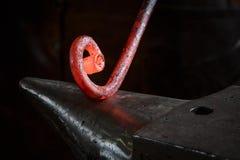 Roodgloeiende klieren in het werk van een smid royalty-vrije stock foto