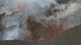 Roodgloeiende lava, gas, stoom en asuitbarsting van krater van actieve vulkaan stock video