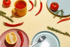 Roodgloeiende peper, tomaten, rozemarijn en kruiden op ligth-gele achtergrond Dien het plaatsen in Hoogste mening royalty-vrije stock foto's