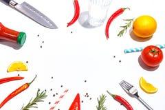 Roodgloeiende peper, tomaten, rozemarijn en kruiden op witte achtergrond Dien het plaatsen in Hoogste mening stock afbeeldingen