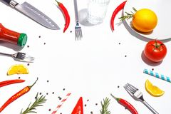 Roodgloeiende peper, tomaten, rozemarijn en kruiden op witte achtergrond Dien het plaatsen in Hoogste mening stock foto's