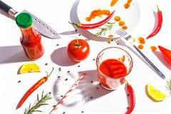 Roodgloeiende peper, tomaten, rozemarijn en kruiden op witte achtergrond Dien het plaatsen in Hoogste mening royalty-vrije stock fotografie