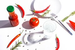 Roodgloeiende peper, tomaten, rozemarijn en kruiden op witte achtergrond Dien het plaatsen in Hoogste mening royalty-vrije stock foto