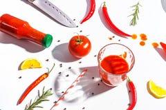 Roodgloeiende peper, tomaten, rozemarijn en kruiden op witte achtergrond Dien het plaatsen in Hoogste mening royalty-vrije stock foto's