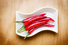 Roodgloeiende Spaanse peper op houten lijst Royalty-vrije Stock Fotografie