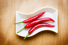 Roodgloeiende Spaanse peper op houten lijst Royalty-vrije Stock Afbeelding