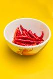 Roodgloeiende Spaanse peperpeper in een kom Stock Foto's
