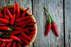 Roodgloeiende Spaanse peperpeper in een komclose-up Stock Foto