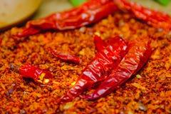 Roodgloeiende Spaanse peperpeper op droge Spaanse pepers gehakt met rustieke houten achtergrond Stock Afbeeldingen