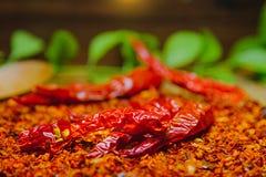 Roodgloeiende Spaanse peperpeper op droge Spaanse pepers gehakt met rustieke houten achtergrond Royalty-vrije Stock Foto's