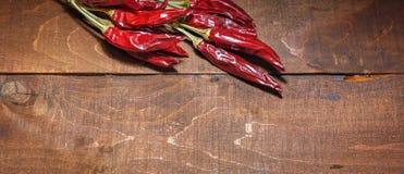 Roodgloeiende Spaanse peperpeper op een houten achtergrond royalty-vrije stock foto's