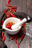 Roodgloeiende Spaanse peperpeper op houten achtergrond Stock Afbeelding