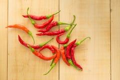 Roodgloeiende Spaanse peperpeper op houten achtergrond Kruidige Spaanse peperspeper Stock Fotografie